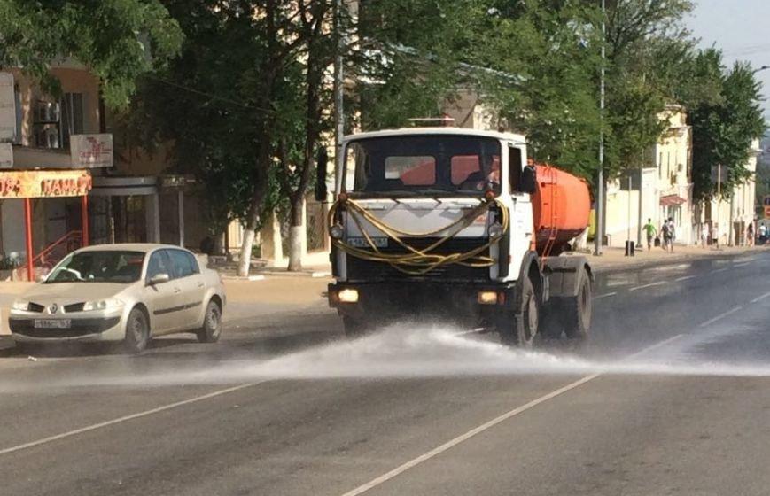 Ростов против жары: коммунальщики поливают проезжую часть и тротуары, фото-6