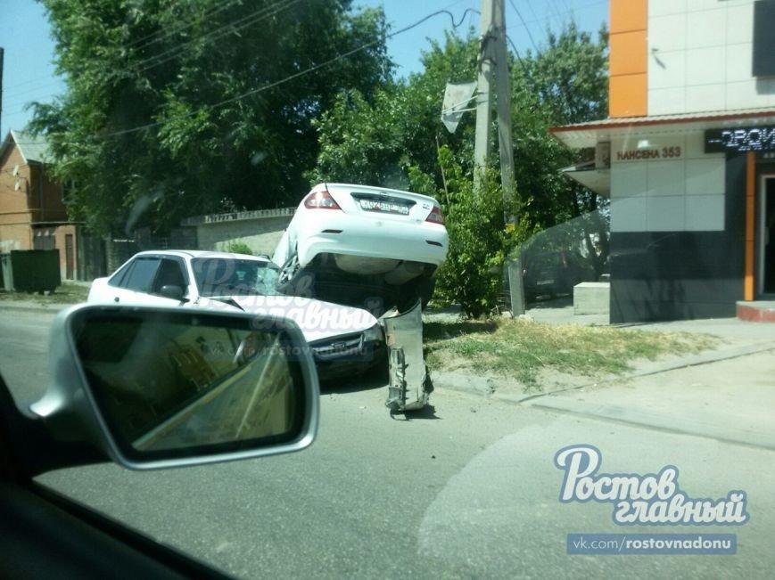 В Ростове на Нансена одна иномарка заехала на капот другой, фото-1
