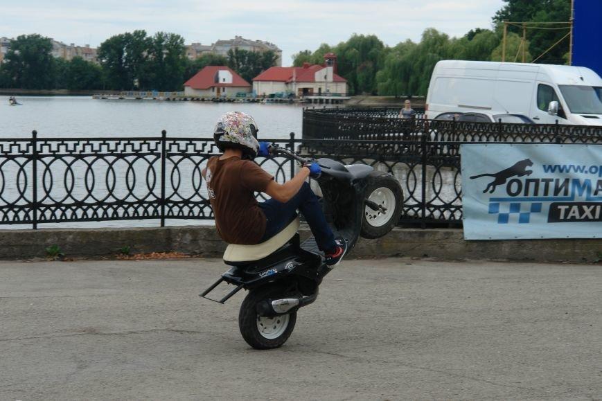 На міському озері мотоциклісти вражали небезпечними трюками. Фото, фото-4