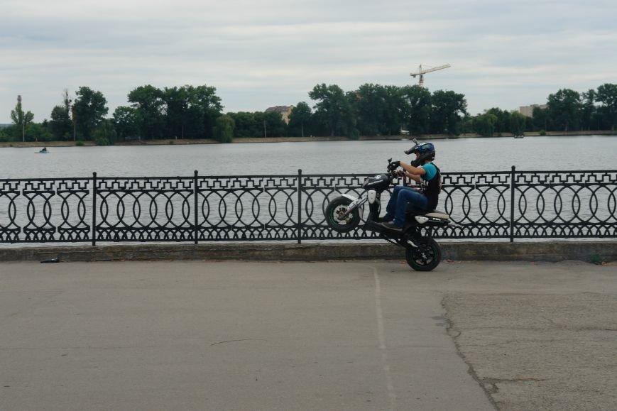На міському озері мотоциклісти вражали небезпечними трюками. Фото, фото-1