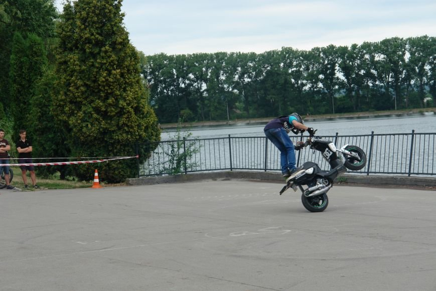 На міському озері мотоциклісти вражали небезпечними трюками. Фото, фото-3