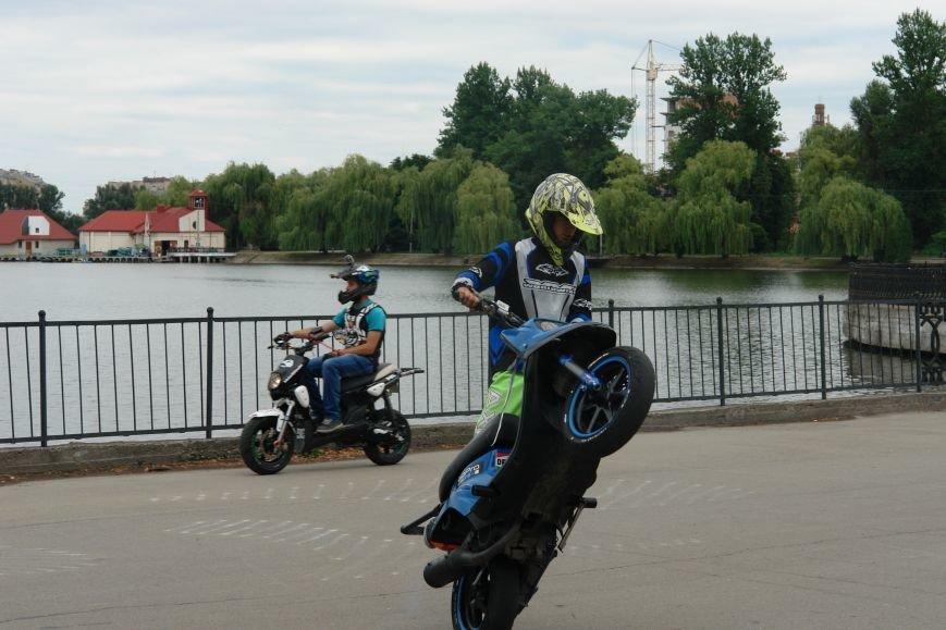 На міському озері мотоциклісти вражали небезпечними трюками. Фото, фото-5