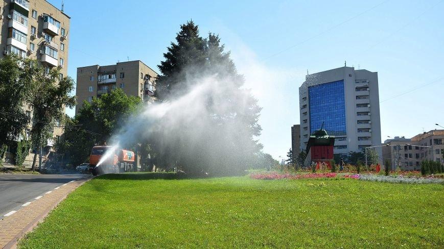 Ростов против жары: улицы поливают водой не только днем, но и ночью, фото-1