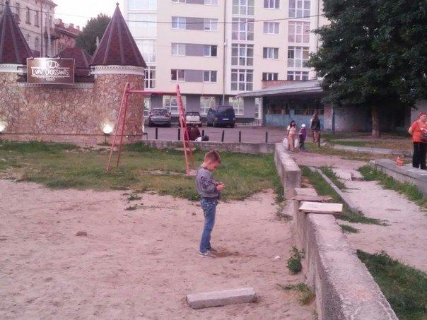 Львів'яни вимагають впорядкувати сквер біля пам'ятника Степану Бандері (ФОТО), фото-4