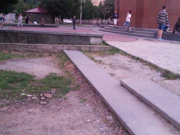 Львів'яни вимагають впорядкувати сквер біля пам'ятника Степану Бандері (ФОТО), фото-7