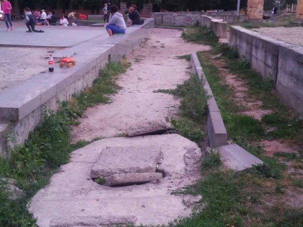 Львів'яни вимагають впорядкувати сквер біля пам'ятника Степану Бандері (ФОТО), фото-5