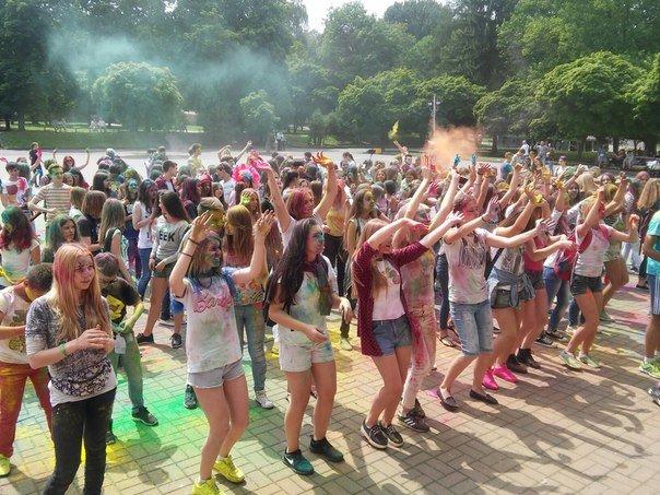 """У Парку культури відбувся фестиваль фарб """"Holiwood"""": як це було, фото-1"""