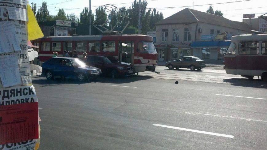 В Запорожье легковушка не разминулась с трамваем (ФОТОФАКТ), фото-1