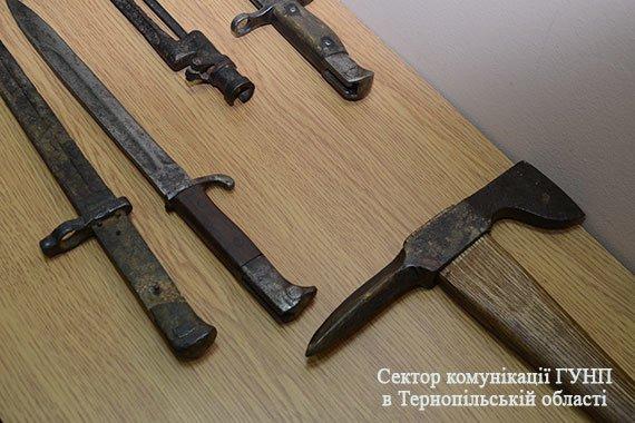 У Тернополі чоловік здав поліції цілий арсенал холодної зброї (фото), фото-2