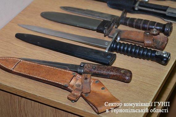 У Тернополі чоловік здав поліції цілий арсенал холодної зброї (фото), фото-1