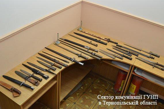 У Тернополі чоловік здав поліції цілий арсенал холодної зброї (фото), фото-5