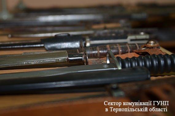 У Тернополі чоловік здав поліції цілий арсенал холодної зброї (фото), фото-4
