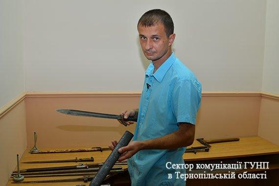 У Тернополі чоловік здав поліції цілий арсенал холодної зброї (фото), фото-3