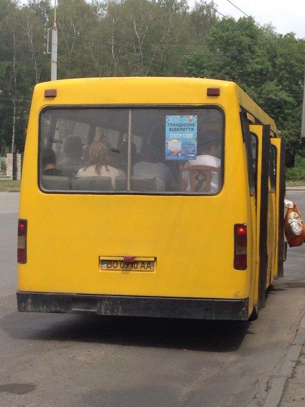 У Тернополі в маршрутці пасажир, аби точно сісти, прийшов зі своїм кріслом (фото), фото-1