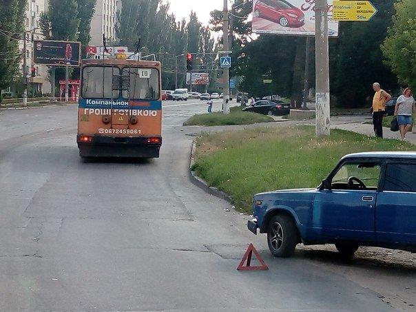 """ДТП в Кропивницком: """"ВАЗ"""" врезался в троллейбус (ФОТО), фото-1"""