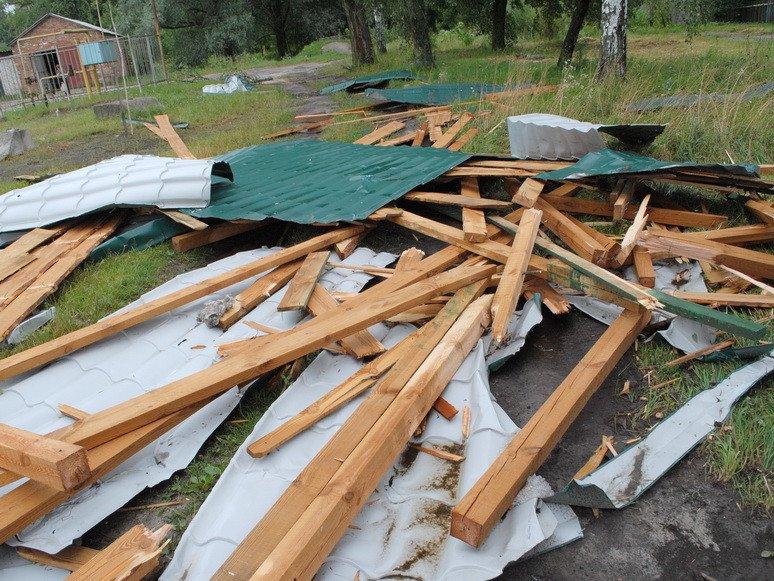 На Сумщине ураган посрывал крыши с домов и школ (ФОТО), фото-1