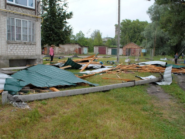 На Сумщине ураган посрывал крыши с домов и школ (ФОТО), фото-3