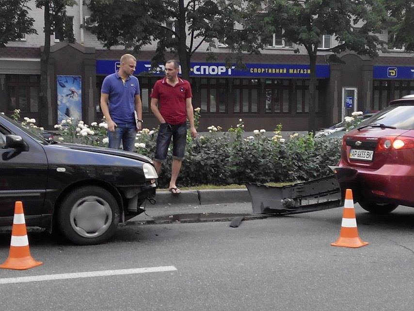 На центральном проспекте Запорожья произошло тройное ДТП (ФОТО), фото-1