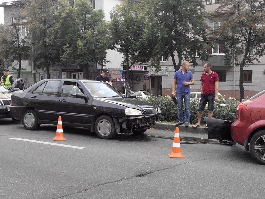 На центральном проспекте Запорожья произошло тройное ДТП (ФОТО), фото-2