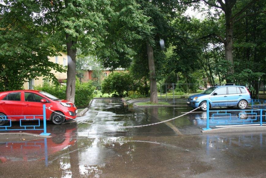Борьба за парковки в Новой Москве: жители Троицка ограждают свою территорию, фото-1