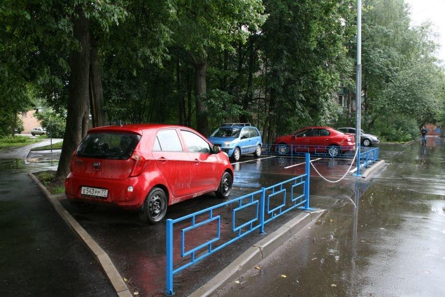 Борьба за парковки в Новой Москве: жители Троицка ограждают свою территорию, фото-2
