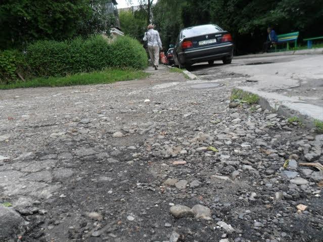 Мешканці вулиці Пасічної скаржаться на розбиту дорогу та зруйновані тротуари (ФОТО), фото-4