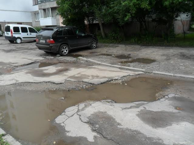 Мешканці вулиці Пасічної скаржаться на розбиту дорогу та зруйновані тротуари (ФОТО), фото-1
