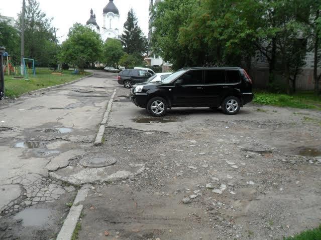 Мешканці вулиці Пасічної скаржаться на розбиту дорогу та зруйновані тротуари (ФОТО), фото-2