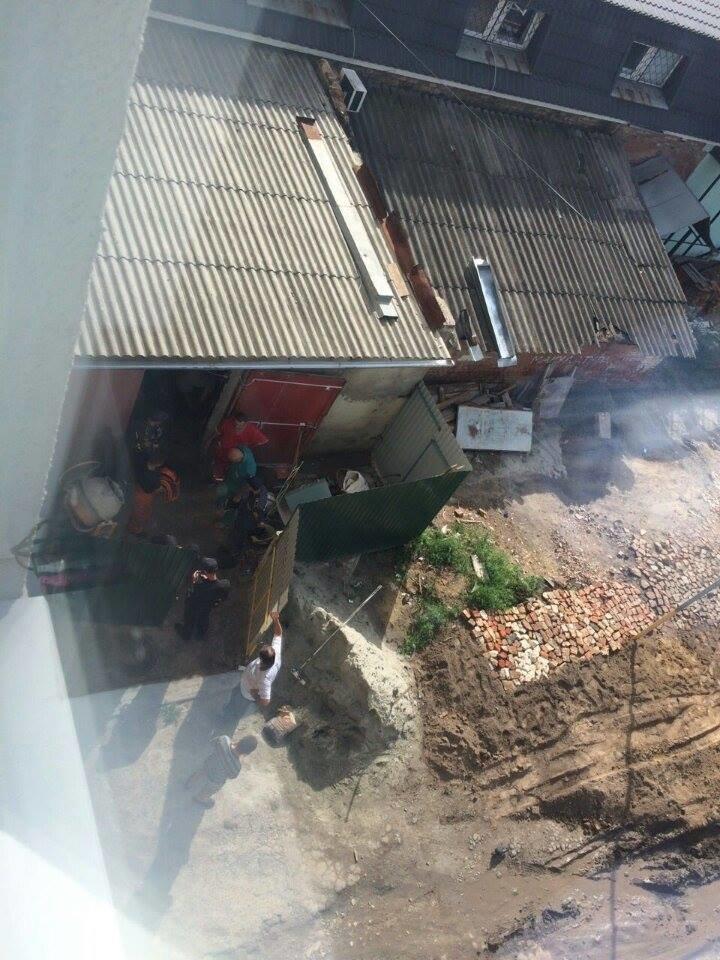 В центре Сум парня насмерть придавило бетонной плитой (ФОТО). ОБНОВЛЕНО, фото-1