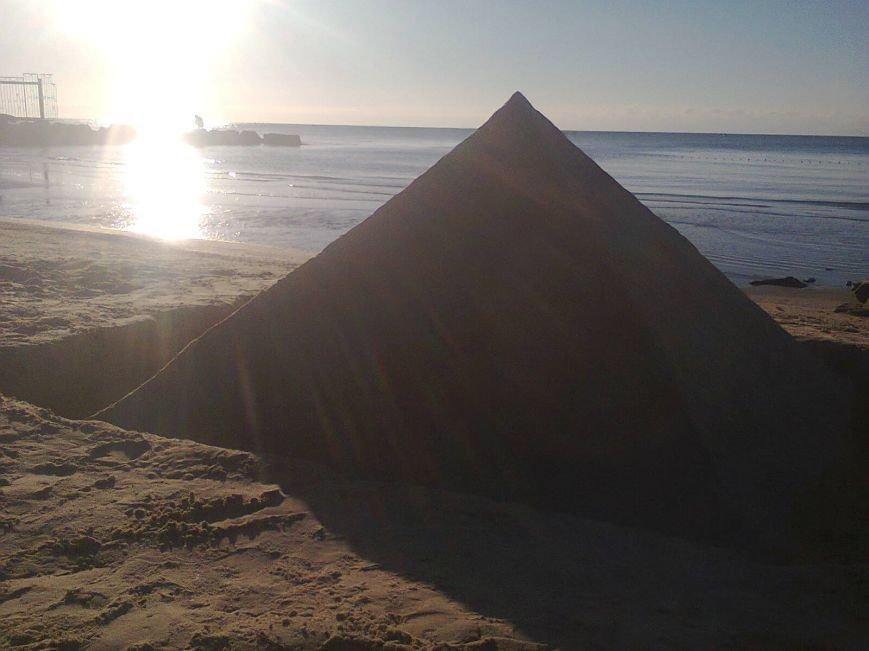 Жительница Мелитополя построила 1,5-метровую пирамиду из песка на берегу Азовского моря, фото-1