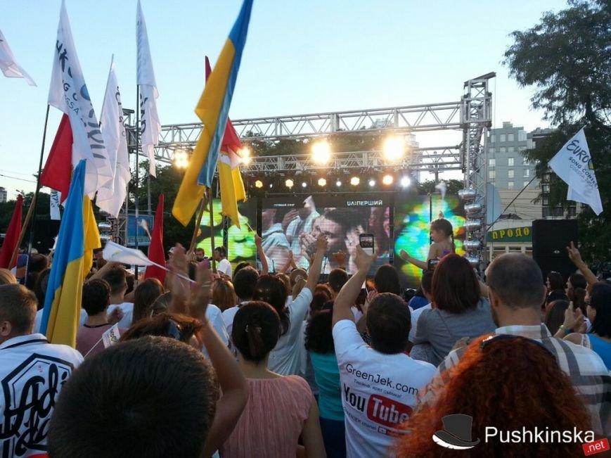 У Театра музкомедии горожане поддерживали Одессу в битве за проведение «Евровидения». Фоторепортаж, фото-2