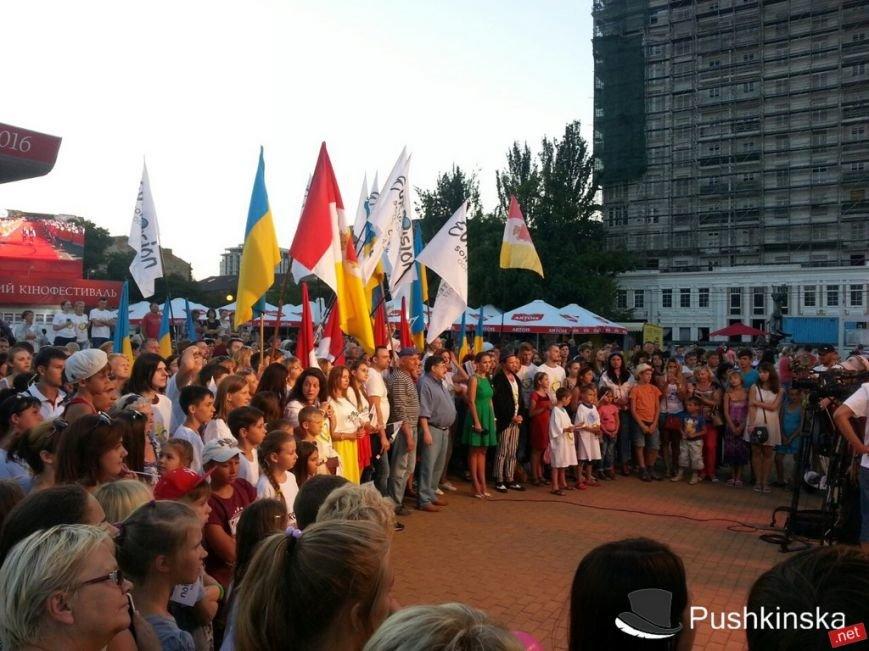 У Театра музкомедии горожане поддерживали Одессу в битве за проведение «Евровидения». Фоторепортаж, фото-1