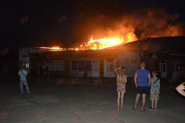 В Бердянске горит рынок - пострадал пожарный (ФОТО), фото-1