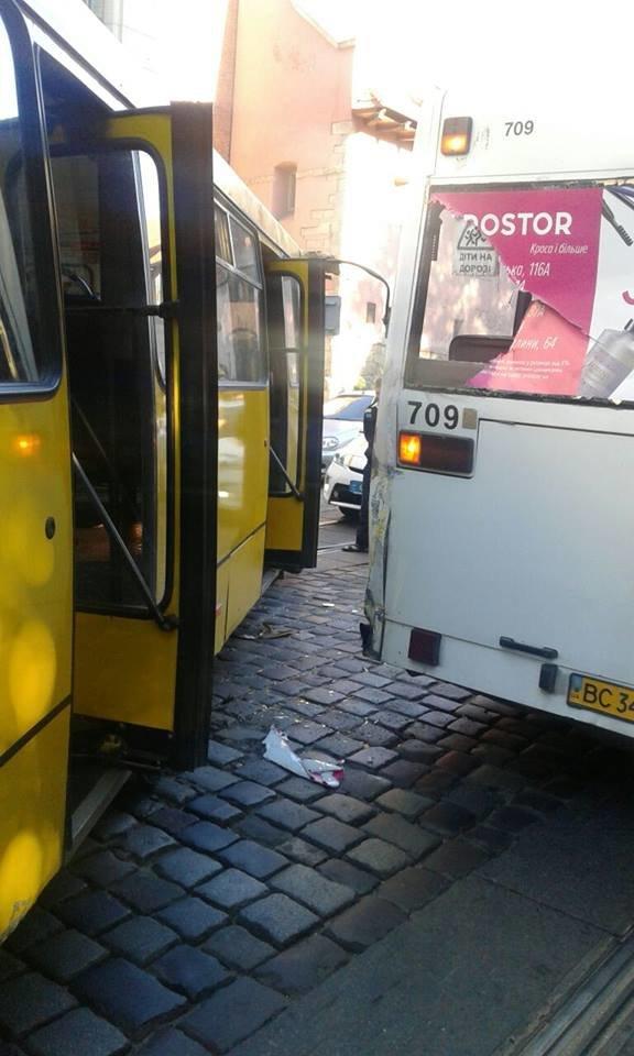 ДТП за участі двох маршруток паралізувала рух транспорту у центрі Львова (ФОТО), фото-1