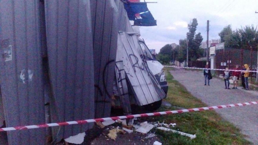 В Сумах «Газель» протаранила остановку (ФОТО), фото-2