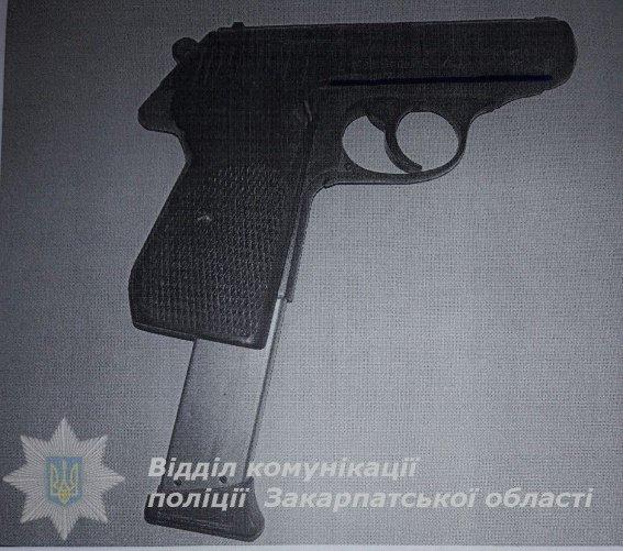 Мер одного з міст Закарпаття прийшов в поліцію зі зброєю: фото, фото-1
