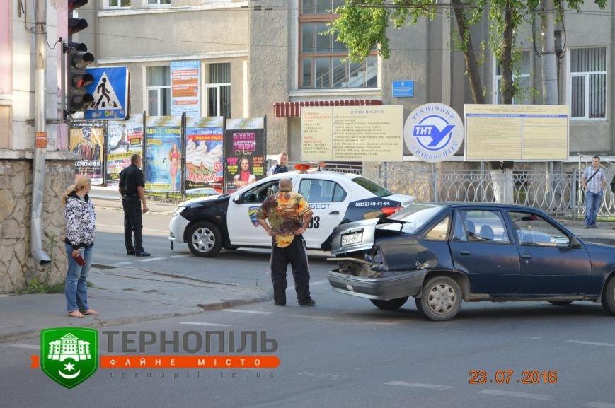 """У центрі Тернополя зіткнулись """"Опель"""" і автомобіль охоронної фірми (фото), фото-2"""