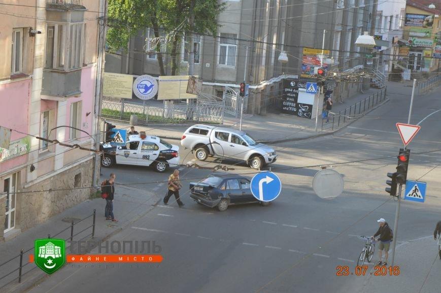 """У центрі Тернополя зіткнулись """"Опель"""" і автомобіль охоронної фірми (фото), фото-1"""