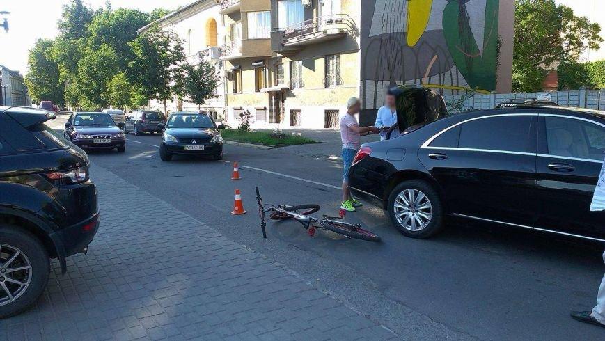 Через власну необережність велосипедист зіткнувся з іномаркою. Фото, фото-2