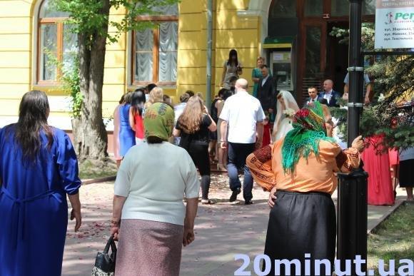 """""""Заробітчани"""" біля РАЦСу: у Тернополі жоден розпис не проходить без циганів (Фото), фото-2"""