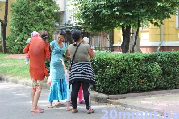 """""""Заробітчани"""" біля РАЦСу: у Тернополі жоден розпис не проходить без циганів (Фото), фото-1"""