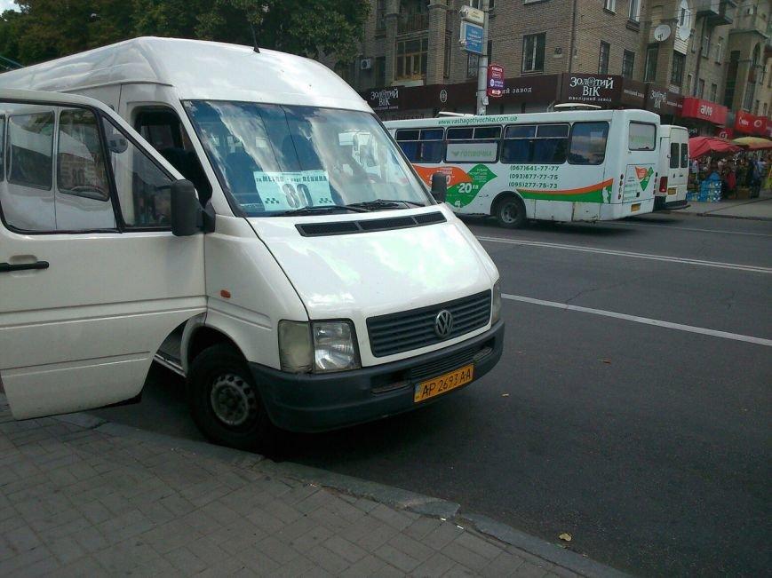 В Запорожье водитель маршрутки высадил пассажиров на проезжей части, фото-1
