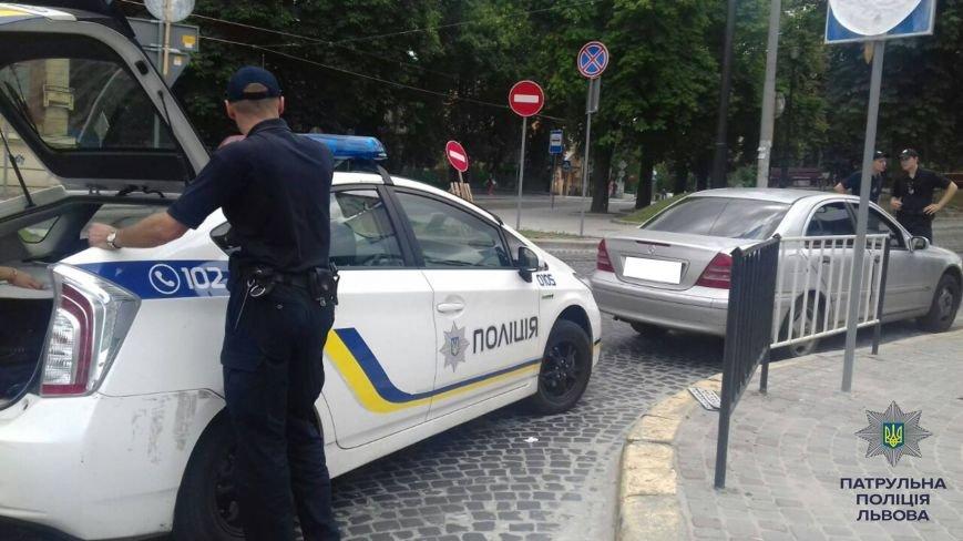 На вулиці Івана Франка патрульні затримали автомобіль, який перебував у розшуку (ФОТО), фото-1