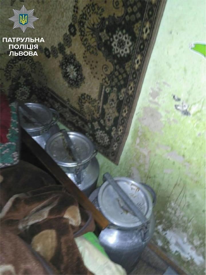 У Львові патрульні виявили квартиру, у якій виготовляли, зберігали та продавали алкоголь (ФОТО), фото-3