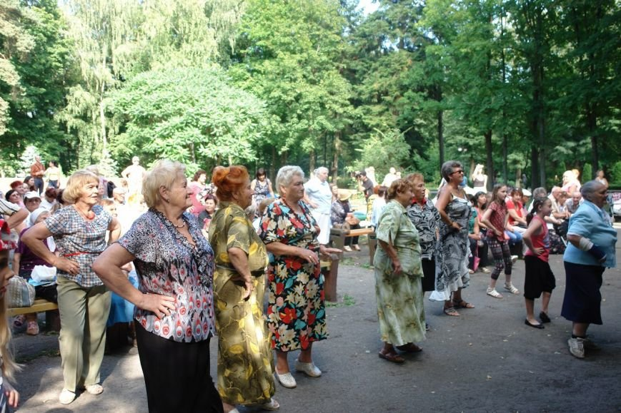 Літні люди танцювали в парку під рок-мотиви. Фото, фото-1
