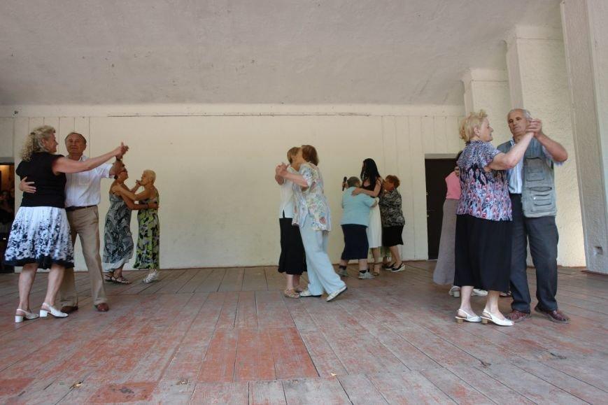 Літні люди танцювали в парку під рок-мотиви. Фото, фото-4