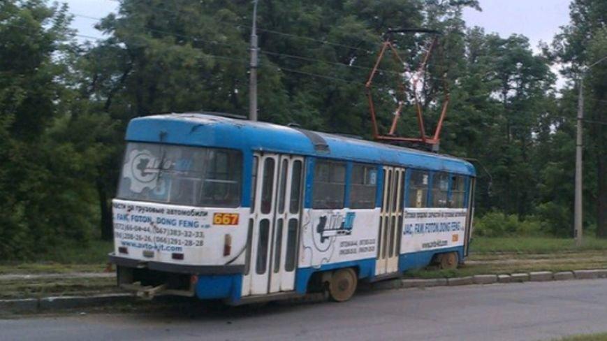 """Трамвайный """"дрифт"""": харьковчане самостоятельно толкали вагон на рельсы (ФОТО), фото-1"""