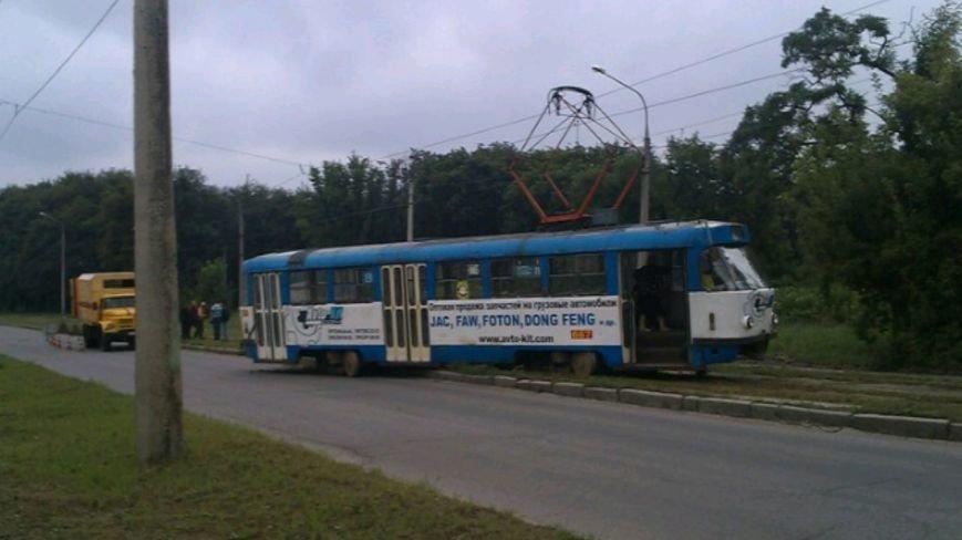 """Трамвайный """"дрифт"""": харьковчане самостоятельно толкали вагон на рельсы (ФОТО), фото-2"""