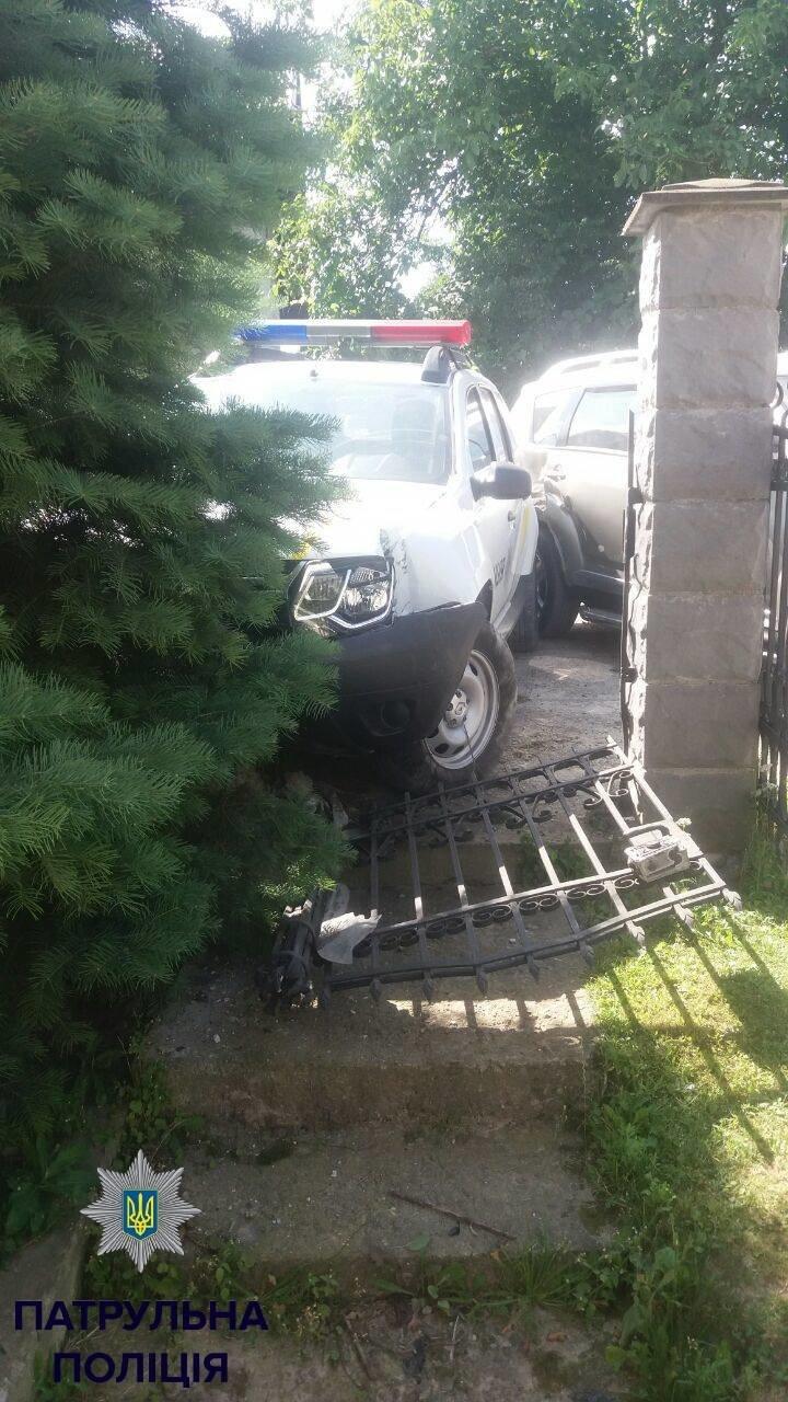 П'яний поліцейський на службовому авто зніс приватну огорожу і пошкодив припаркований автомобіль, фото-1