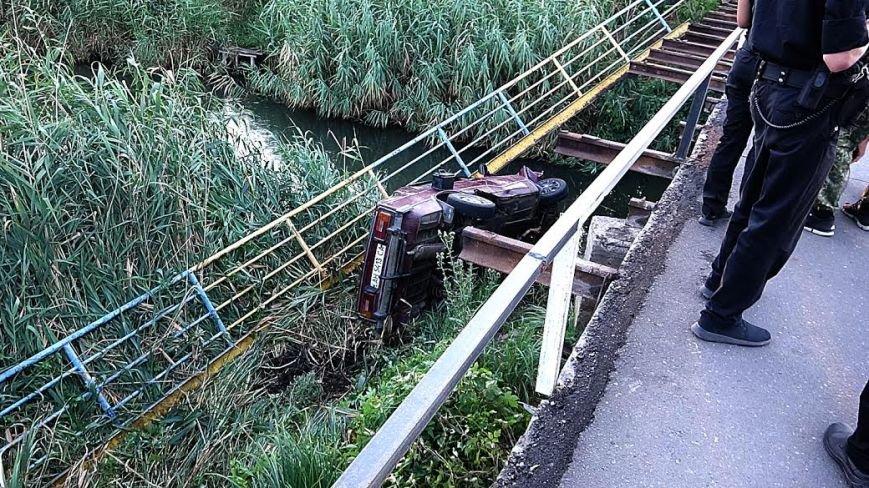 В Мариуполе ВАЗ с моста улетел в реку(ФОТО), фото-1